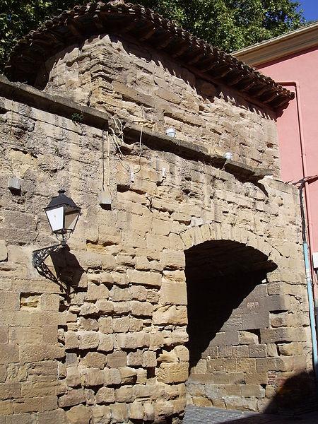 Archivo:Arch of Revellín Wall in Logroño.jpg